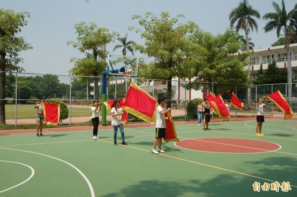 北港國中設旗舞社為學生找尋舞台,參加同學則從中找到自信心。(記者陳燦坤攝)