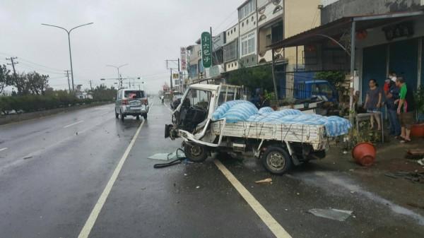 吳男所駕小貨車撞上前方黃男所駕的自小客貨車。(記者陳彥廷翻攝)