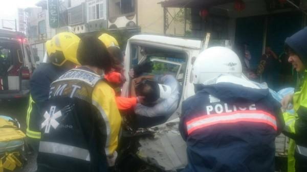 警消必須動用油壓剪破壞車體才能將吳男救出。(記者陳彥廷翻攝)