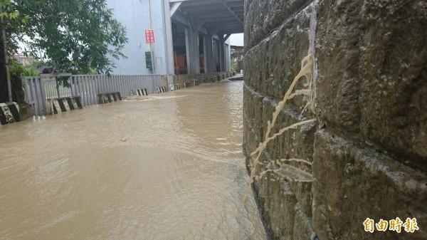 官田渡頭里防護圍堤滲水,社區道路淹水,市長賴清德會勘。(記者劉婉君攝)