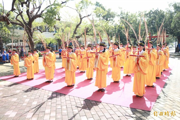 海濱國小學生在大太陽下跳六佾舞恭祝孔子誕辰,也向教師獻上最高敬意。(記者陳彥廷攝)