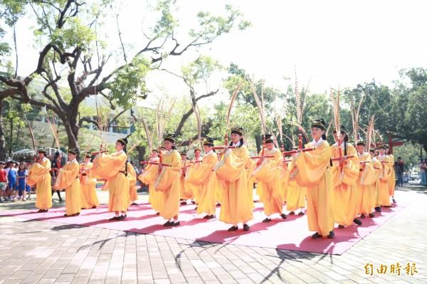 海濱國小學生在大太陽下跳六佾舞恭祝孔子誕辰。(記者陳彥廷攝)
