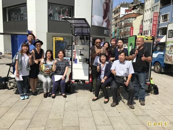 台灣環境保護聯盟透過Google及新竹物流公司贊助,自製設計出六台『太陽能行動咖啡車』,並結合台少盟及畢嘉士基金會公平貿易咖啡,捐贈給青年公益組織。(記者陳炳宏攝)