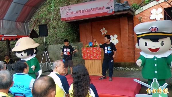 寶山鄉山湖村13歲的雙胞胎兄弟劉宗霖、宗錡,帶來一段精彩的坏鈴表演。(記者廖雪茹攝)