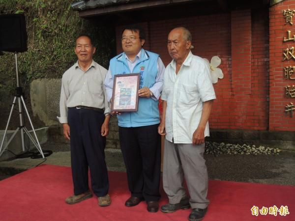 新竹郵局為寶山鄉三峰村75歲的黃嘉正、嘉康拍照,並搭配寶山楊桃等特產,製作成深具紀念價值的雙人套票。(記者廖雪茹攝)