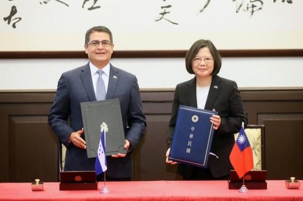 蔡英文總統與宏都拉斯總統葉南德茲簽署聯合聲明後合影。(總統府提供)