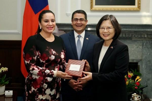總統蔡英文與宏都拉斯總統葉南德茲相互贈禮。(總統府提供)