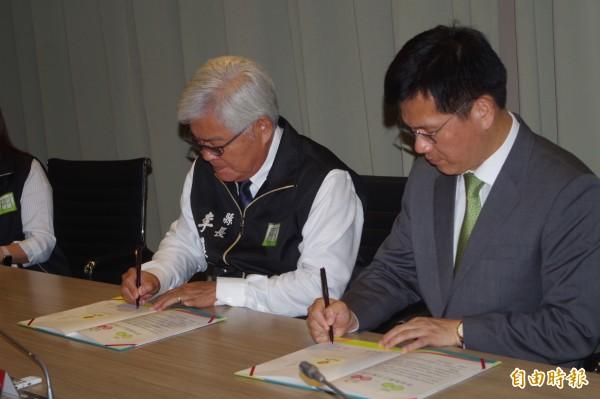 雲林縣長李進勇(左)與台中市長林佳龍簽定「跨域議題合作備忘錄」加強觀光、食安等方面合作。(記者林國賢攝)