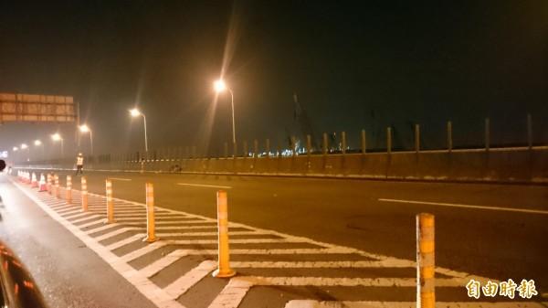 台88北上路段施工管制,駕駛人晚上要由鳳山交流道下匝道。(記者葉永騫攝)