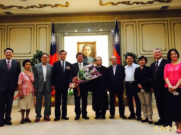 民進黨不分區立委邱泰源(左五)中午在立法院宣誓就職。(記者邱燕玲攝)