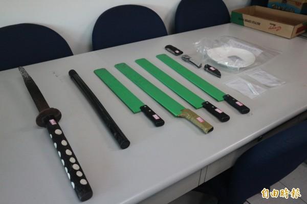 警方查購多項刀械,為陳嫌幫派滋事時使用。(記者陳薏云攝)