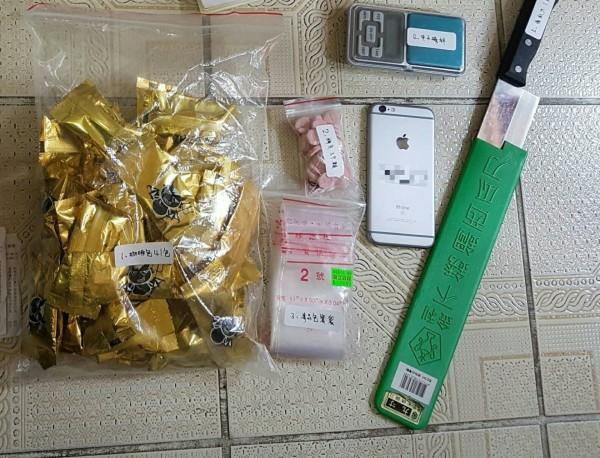 警方查扣新興混合型毒品咖啡包41大包(毛重572公克)、梅錠(39顆)及K他命等證物,各式刀械棍棒等物。(記者陳薏云翻攝)