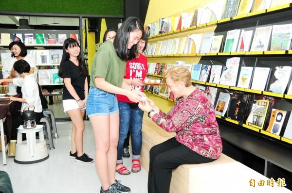 靜宜大學學生奉茶給教師。(記者張軒哲攝)