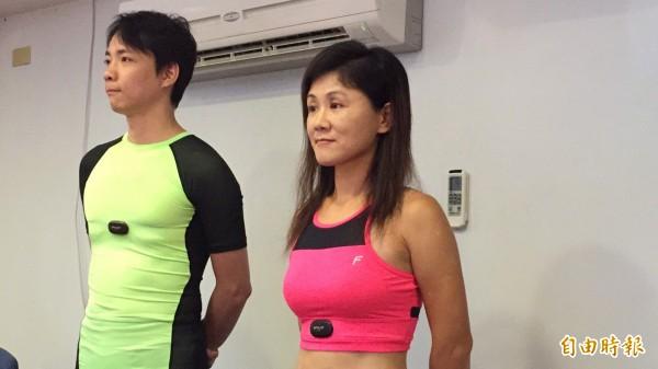 遠東新世紀的「智慧衣」就是讓衣服直接取代心率表、心律手環,讓人穿著就可以測量自己的心率狀況。(記者黃美珠攝)