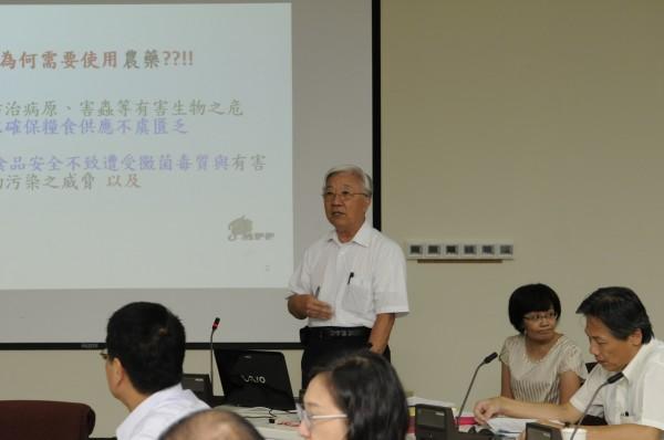 中興大學植物病理學系特聘教授曾德賜(站立者)指出,台灣採集約式農業,用藥難以避免。(農委會提供)