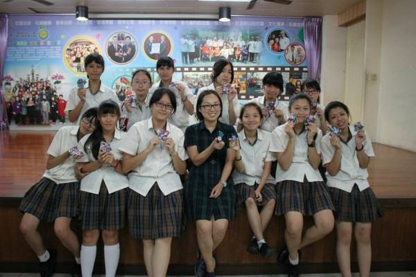 台南光華高中的流行服飾科二年級師生,用文南的布莊文化為創作,製作文創商品,讓社區商家頻頻伸出大拇指稱讚。(記者王捷翻攝)