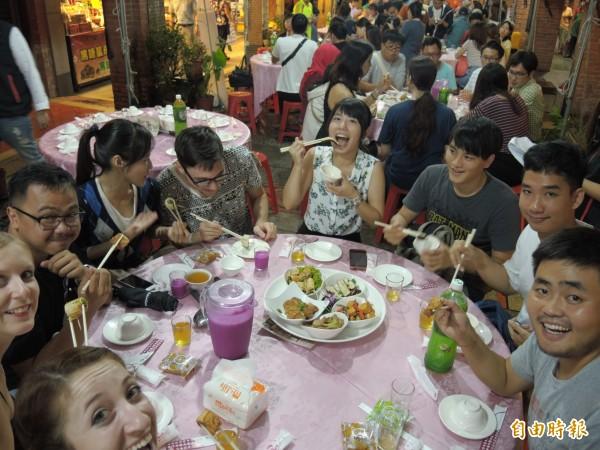 深坑豆腐多福宴吸引許多外國朋友來享受豆腐美味。(記者翁聿煌攝)