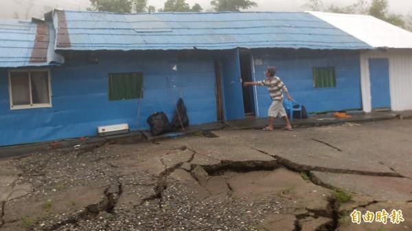 富源村4鄰林宅屋前碎裂。(記者黃明堂攝)