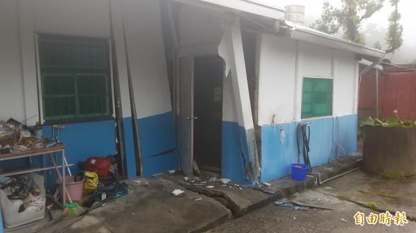 被走山撕裂的房子。(記者黃明堂攝)