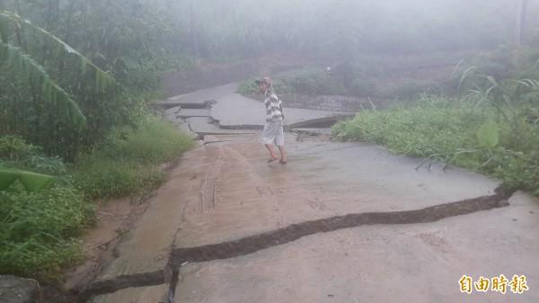 碎裂的道路(記者黃明堂攝)