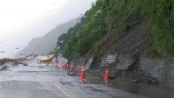 大豪雨不斷,南迴台9線柔腸寸斷,南北管制通行。(記者陳賢義翻攝)