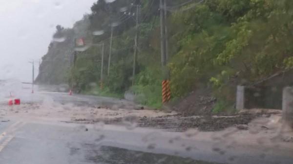 南迴台9線多路段坍方落石,今日中午12時前封閉。(記者陳賢義翻攝)