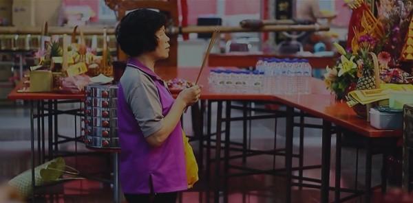 「伸港18庄定營」紀錄片的宣導短片,出現土地公神轎的「神來之震」。(取自土角區文化工作室FB)