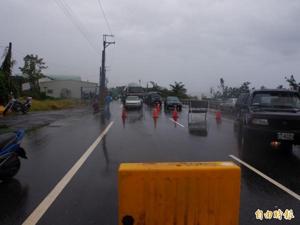 南迴公路香蘭封路點,有大批人車等著開放通行。(記者王秀亭攝)