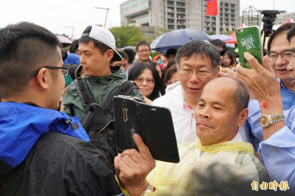 民眾搶著和柯P自拍、合照。(記者張凱翔攝)