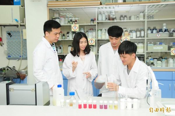 靜宜大學化粧品系歷史悠久,替產業培育許多人才;將成為台灣第一所擁有大學、碩士及博士班完整化粧品科學教育的大學。(記者張軒哲攝)