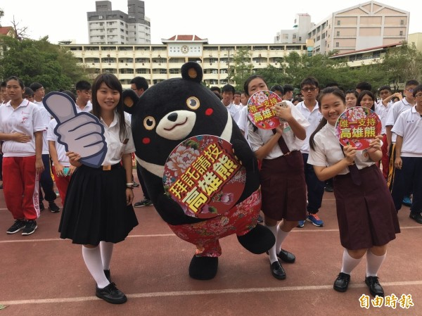 高雄熊前往校園催票,果然拿下全台吉祥物PK戰的冠軍。(記者葛祐豪攝)