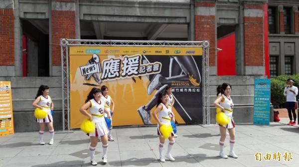 新竹市城市馬拉松12月4日登場,今年將號召155隊以上的啦啦隊為跑者加油,邀請社區和學校及里鄰組隊參加。(記者洪美秀攝)