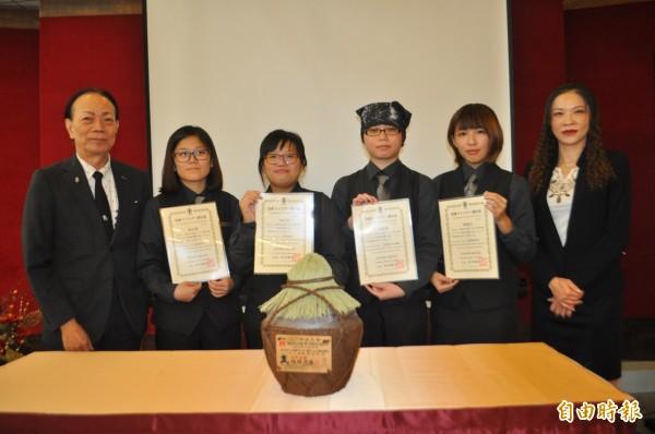 健行科大「泡盛品酒認證」授證,日本泡盛協會會長到場頒授。(記者李容萍攝)