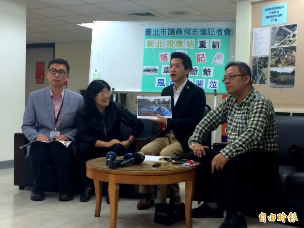 台北市議員何志偉(右二)出面揪出新北投車站重組工程的工地維護不周,任由檜木被雨淋濕。(記者郭逸攝)