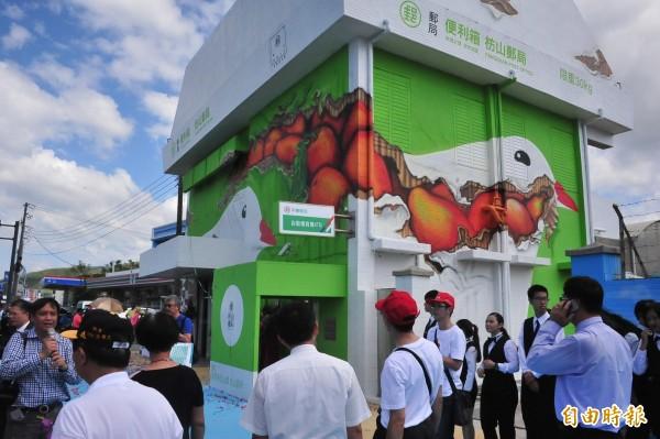 「超大型便利箱」郵局楓港啟用。(記者蔡宗憲攝)