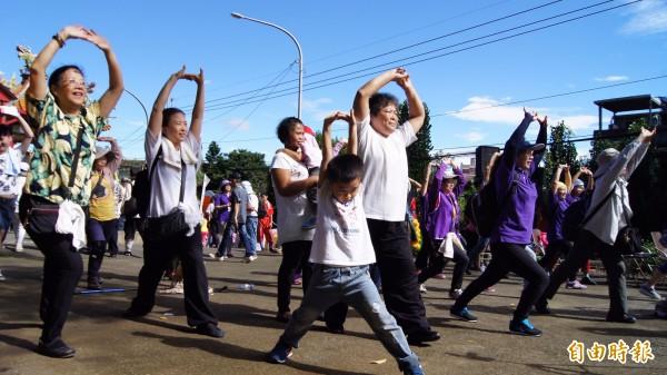 媽祖田文化祭從土城區祖田里慈安宮暖身,開始健行5公里往善息寺邁進。(記者張安蕎攝)