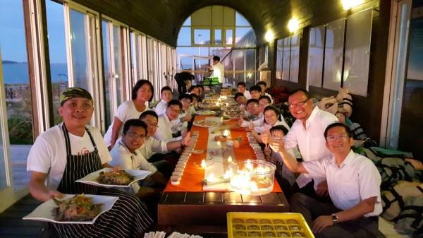 顏榮宏與好友們打造「海洋野餐」美景。(記者洪瑞琴翻攝)