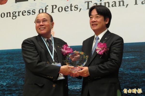 大會會長蔡奇蘭(左)感謝台南市政府及市長賴清德(右)對這次大會在台南舉行的協助與支持。(記者蔡文居攝)