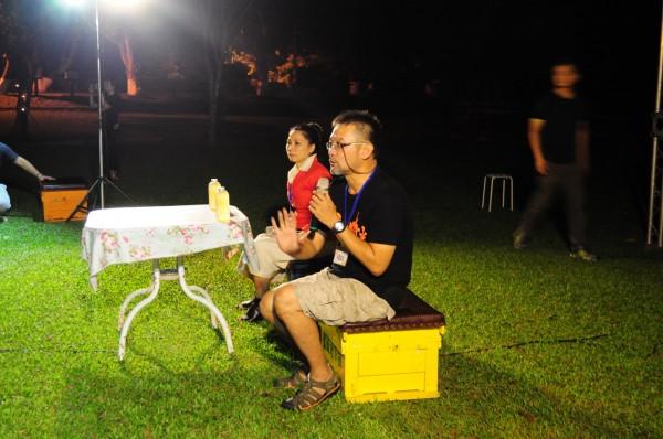 紀錄片導演張緯誌(右)在首映會和觀眾互動。(記者廖淑玲翻攝)