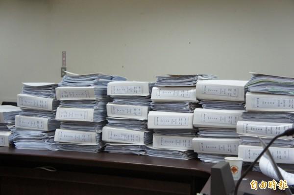 韓國瑜擺出在任以來的農產公司帳冊。(記者黃建豪攝)