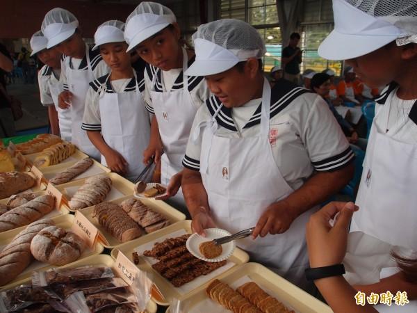 分享學習成果,賓茂國中烘焙班學生好高興。(記者陳賢義攝)