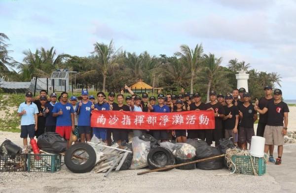 海巡署隊員於太平島淨灘。(南巡局提供)