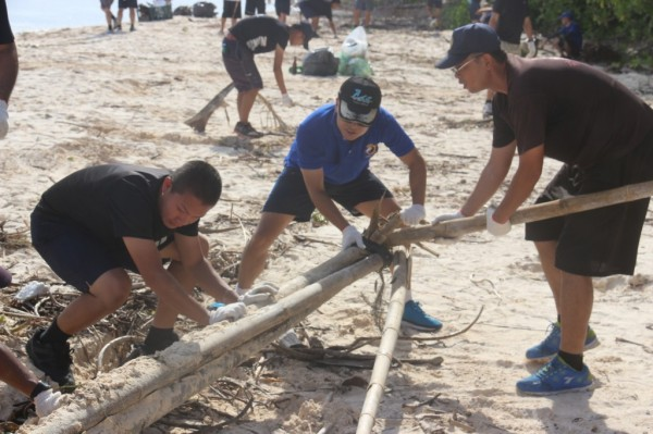 南沙指揮部隊員於太平島清出超過3百公斤垃圾。(南巡局提供)