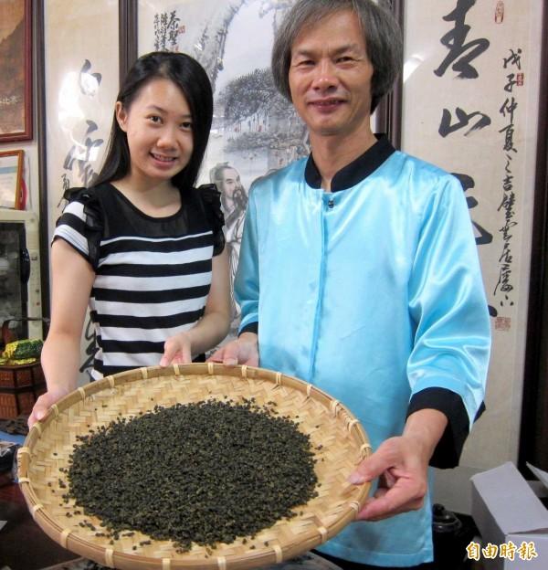南投縣名間鄉茶農陳錦昌、陳建伶父女發表的「紫芽茶」新品種,茶樹葉片呈紫綠色,十分特別。(記者謝介裕攝)