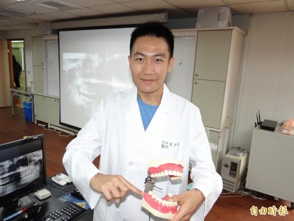 衛福部台南醫院牙醫師黃正鈞指民眾如有阻生智齒、又出現症狀,建議優先拔除。(記者王俊忠攝)