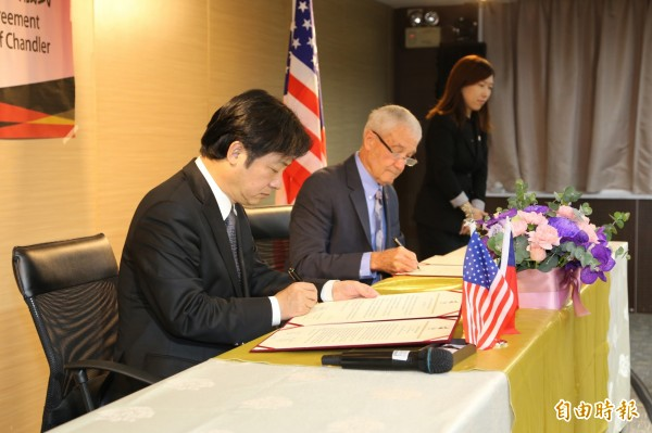 台南市長賴清德(左)與錢德勒市副市長Mr. Jack Sellers(右)代表兩市共同簽署友好交流協定。(記者洪瑞琴攝)
