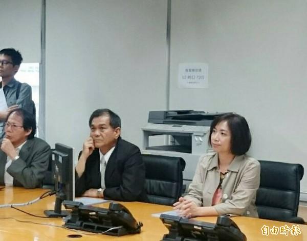 災防中心「細胞廣播服務」,僅限智慧型手機,立委何欣純(右)要求擴大提供各類型手機使用。(記者黃鐘山攝)