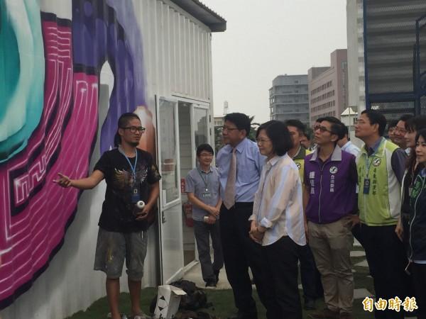 蔡總統參觀青年創作。(記者羅欣貞攝)
