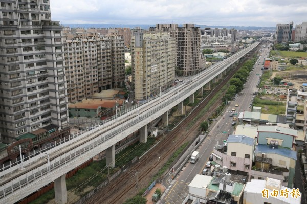 台中鐵路高架化通車後,沿線高樓層住戶抱怨軌道噪音過大。(記者黃鐘山攝)