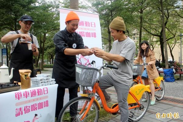 民眾11月起騎單車上班,在指定地點騎單車就能獲得免費咖啡。(記者郭逸攝)